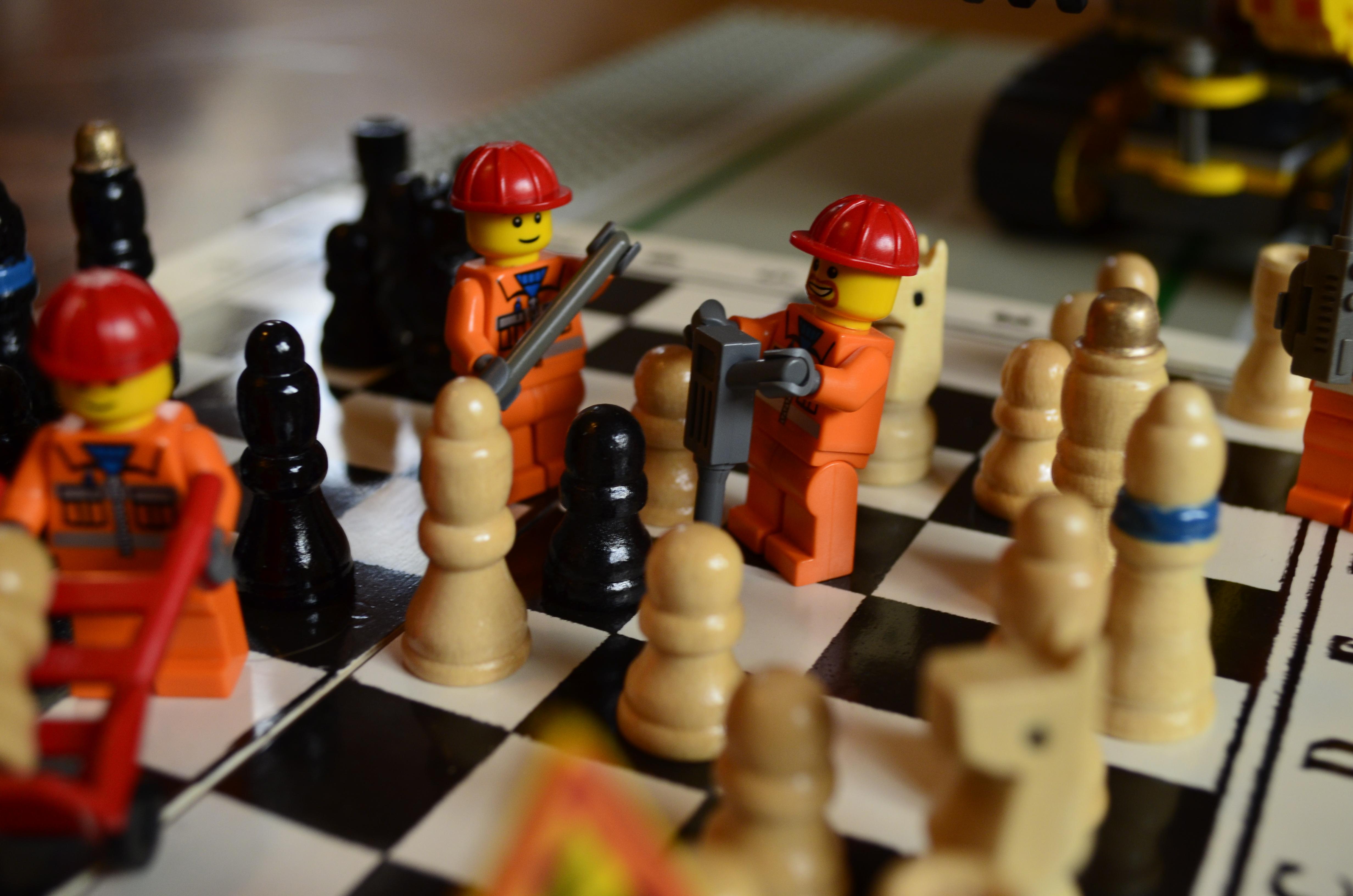 Żołnierzyki lego rozgrywają partię włoską. Zdjęcie - Karol Cieślawski.