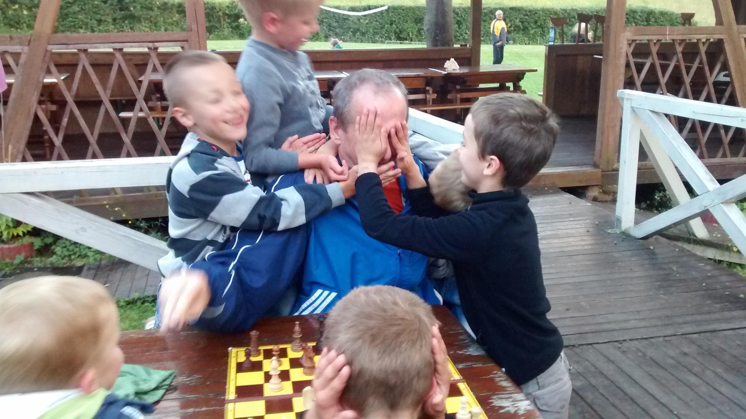 gra w szachy nie jest łatwa, zdjęcie, obóz letni, sekcji szachowa, MUKS MDK Śródmieście Wrocław, Sokołowsko, interaktywny podręcznik szachowy, ośrodek radosno, Robert Korpalski, Janusz Żyła, młodzi szachiści, partia szachowa,