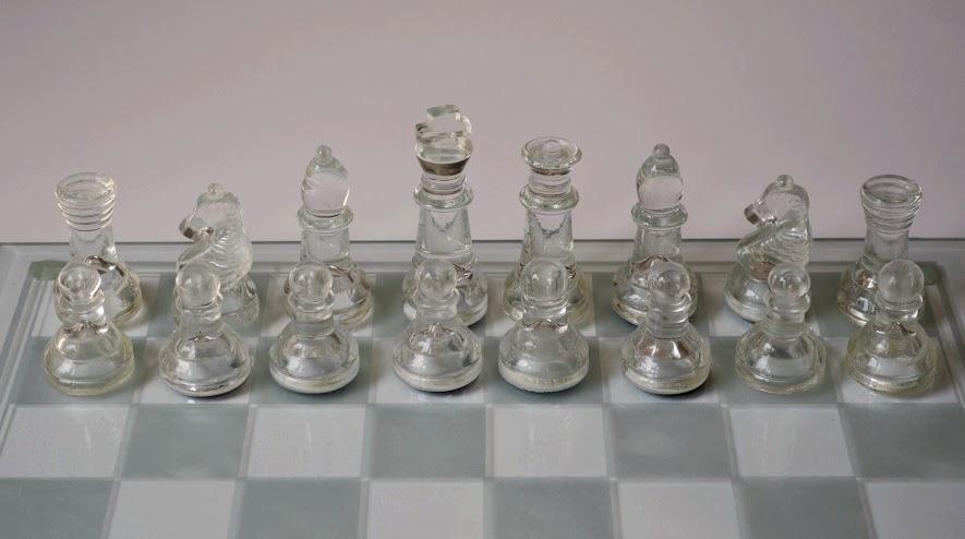 szklane szachy, gra, białe bierki gotowe do gry, fotografia, autor, zdjęcie, Kacpr Frydlewicz, uczeń, Gimnazjum nr 13 im. Unii Europejskiej we Wrocławiu, interaktywny podręcznik szachowy, lekcje szachowe, nauka szachów, piękno w szachach, szachowa estetyka,