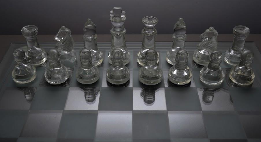 Szklane szachy. Zdjęcie - Kacper Frydlewicz.