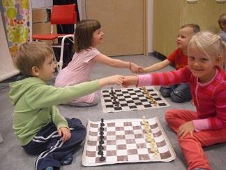 szachy, gra w 8 pionów, wybijanka, dzieci w przedszkolu