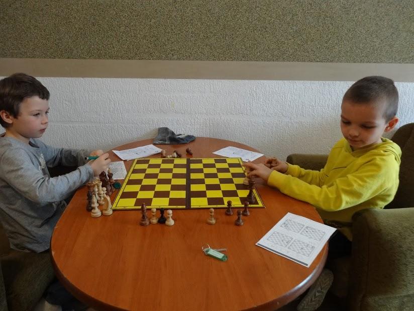 obóz szachowy, Lewin Kłodzki 2017, zadania szachowe, król przeciwko królowi, remis, brak siły matującej, interaktywny podręcznik szachowy, Młodzieżowy Dom Kultury Śródmieście Wrocław, ośrodek marysieńka, klucz, pozycja szachowa, szachownica, szachiści,