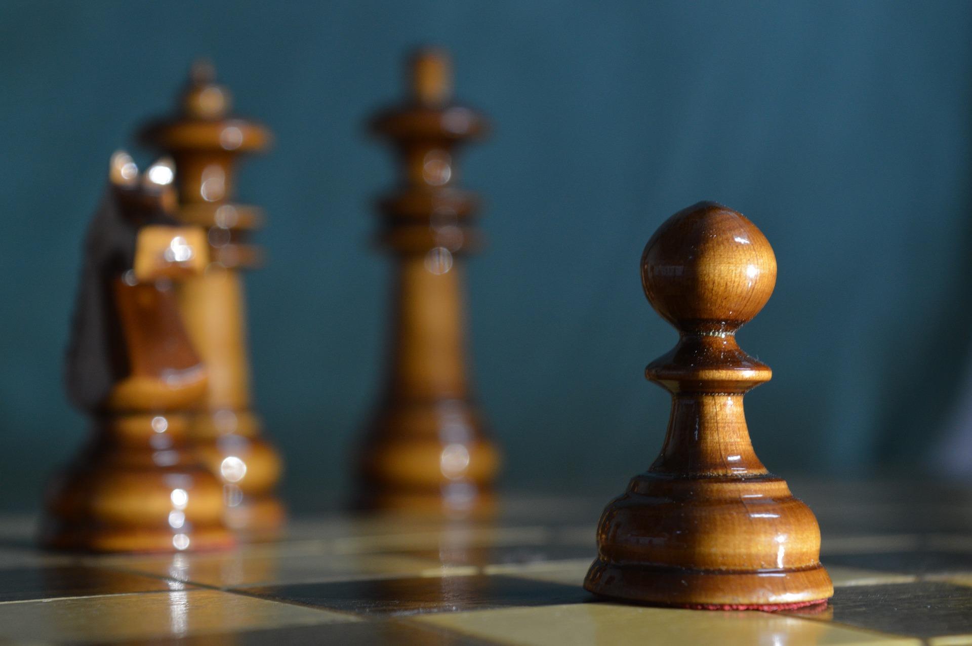 król, pionek, skoczek, hetman, szachy dla dzieci, zdjęcie, szachownica, współdziałanie, czarne bierki,