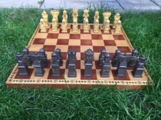 Natalia Bednarczyk, Gimnazjum nr 13 im. Unii Europejskiej we Wrocławiu, zdjęcie, zieleń, trawnik, pozycja wyjściowa, interaktywny podręcznik szachowy, bierki szachowe, szachownica, szachy dla dzieci, lekcje szachowe, nauka szachów dla poczatkujących, piękno w szachach, szachowa sztuka,