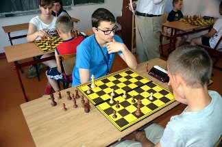 końcówka pionkowa, turniej szachowy, partia szachowa, szkoła, promocja pionka, dochodzący wolniak, sędzia, szachownica, szachiści, bierki szachowe, zegar elektroniczny,