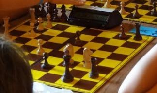 obóz, sekcja szachowa MUKS MDK Śródmieście Wrocław, Ośrodek Radosno, Sokołowsko, 11.07.2017, skoczek, widełki, podwójne uderzenie, szachowa rywalizacja, rozgrywki szachowe, szachowy turniej, szachy szybkie, szach skoczkiem, atak na czarnego króla, przełączenie zegara szachowego po wykonaniu posunięcia,