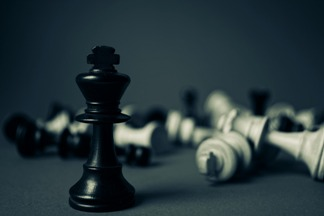 po bitwie, pobite bierki szachowe, czarny król,