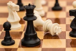 białe poddały się, szachownica, bierki szachowe,