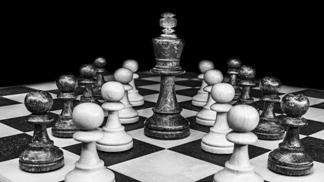 bierki szachowe, szachownica, białe i czarne pionki, czarny król,