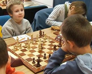 Obrona dwóch skoczków: 1.e4 e5 2.Sf3 Sc6 3.Gc4 Sf6 4.d4 e:d4 5.0-0 S:e4 6.We1 d5 7.G:d5 H:d5 8.Sc3 Ha5 9.S:e4