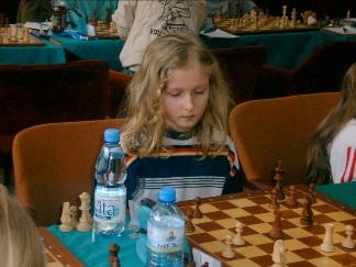 Joanna Korpalska. Autorka tych zadań w akcji... Groźbę We2-e8X powinna zauważyć! Jednak, gdy zagra 1...Wd4-d1+, to po obowiązkowym 2.We2-e1 - sama wygrywa - 2...Wd1:e1X!